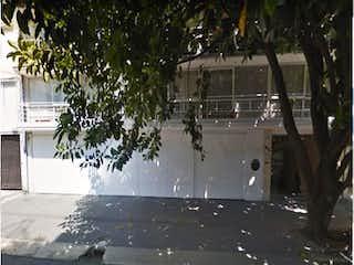 Una calle de la ciudad con palmeras y un edificio en Departamento en venta en Tabacalera 300m²