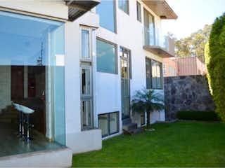 Una vista de una casa con un edificio en el fondo en Casa en venta en Villa Quietud de 3 recámaras