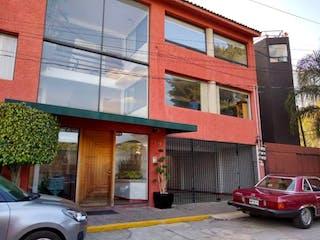 Un camión rojo estacionado delante de un edificio en Departamento en Venta en Maestro Batán Viejo La Magdalena Contreras