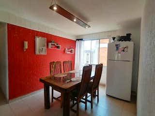 Una cocina con una mesa y una nevera en Departamento en venta en Juan Escutia de 3 alcoba