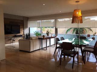Una sala de estar llena de muebles y una lámpara de araña en Departamento en Venta en San Jeronimo Lidice La Magdalena Contreras