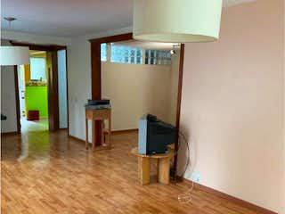 Una sala de estar llena de muebles y una televisión de pantalla plana en Departamento en venta en Jardines Del Pedregal de 2 recámaras