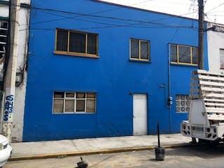 Un edificio azul y blanco con una puerta azul en Casa en Venta en Valentin Gomez Farias Venustiano Carranza