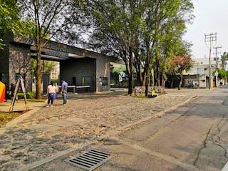 Un par de personas caminando por una acera en Departamento en venta en El Mirador, 92m²