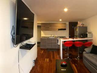 Una sala de estar llena de muebles y una televisión de pantalla plana en Apartamento En Arriendo/venta En Bogota La Calleja