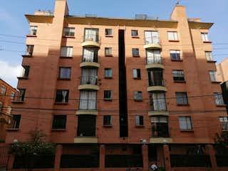 Un edificio de ladrillo alto con un reloj en él en Apartamento En Venta En Bogota Cedritos