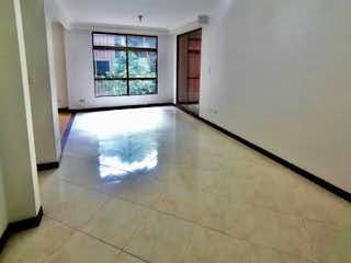 Un cuarto de baño con un inodoro blanco y una ventana en Apartamento en Bosques de Zúñiga, Sector central y tranquilo