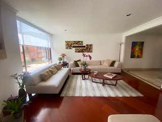 Una sala de estar llena de muebles y una gran ventana en Financió apartamento con excelente ubicación