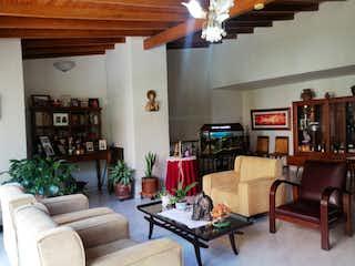 Una sala de estar llena de muebles y una chimenea en Casa en venta en el Portal, 225mt