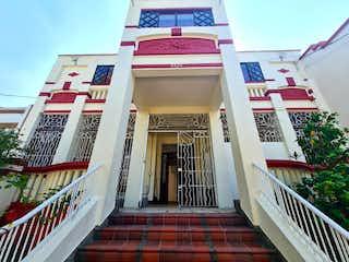 Un edificio rojo y blanco con una señal en él en Vendo casa en prado centro, patrimonio