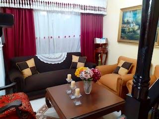 Una sala de estar llena de muebles y una gran ventana en Venta de Casa Unifamiliar Calasanz