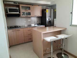 Una cocina con lavabo y microondas en Sea Confiable vende apartamento de 71.5 M2 Suramérica Itagüí
