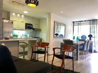 Una sala de estar llena de muebles y una mesa en Amarello inn