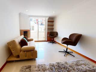 Una sala de estar llena de muebles y una televisión de pantalla plana en Se vende Apartamento en Cedros, Usaquén.