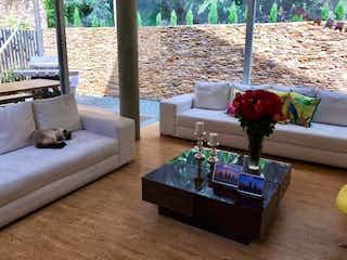 Una sala de estar llena de muebles y una gran ventana en FINANCIO HERMOSA CASA