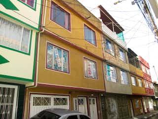 Un edificio alto con un reloj encima en Casa En Venta En Bogota Patio Bonito Ii Sector