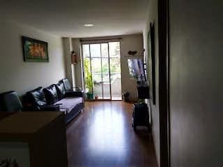 Una sala de estar llena de muebles y una ventana en SE VENDE APARTAMENTO EN ITAGUI