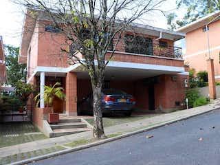 Un coche estacionado delante de un edificio en Patio de Piedra (Altos del Poblado)