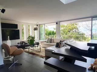 Una sala de estar llena de muebles y una televisión de pantalla plana en
