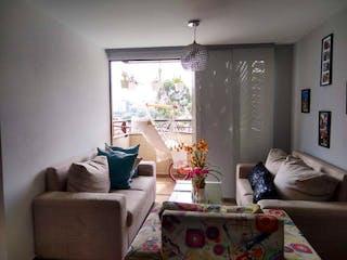 Una sala de estar llena de muebles y una ventana en Mediterráneo (Belén Guayabal)