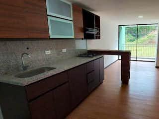 Una cocina con un lavabo y una ventana en No aplica