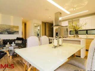 Una habitación con una mesa y sillas en ella en San Francisco Hills