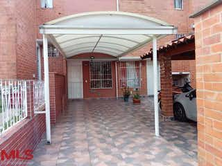 Un callejón estrecho con un edificio de ladrillos en Portal de las Flores