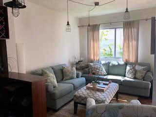 Una sala de estar llena de muebles y una ventana en Casa en Venta en Bosque Real Huixquilucan