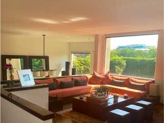 Una sala de estar llena de muebles y una ventana en Casa en venta en Manuel Avila Camacho, de 454mtrs2