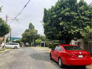Un coche rojo estacionado en un estacionamiento en Casa en Venta en Lomas Lindas I Sección Atizapán de Zaragoza