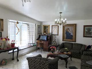 Una sala de estar llena de muebles y una chimenea en Casa en venta en San Juan Ixhuatepec, de 240mtrs2