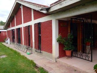 Un granero con una puerta roja y una ventana en Casa en Venta en Santa María Zumpango