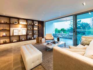 Una sala de estar llena de muebles y una gran ventana en Melier