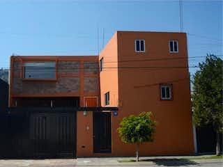 Un edificio de ladrillo alto con una planta en frente en Casa en Venta en Las Arboledas Atizapán de Zaragoza