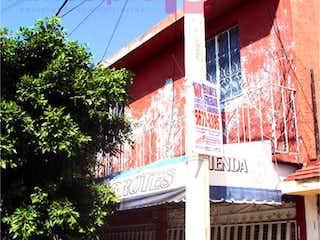 Un edificio que tiene una ventana en él en Casa en Venta en Valle de Aragon 1ra Secc Nezahualcóyotl