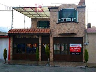 Un edificio con un reloj en el costado en Casa en Venta en Villa de las Flores Coacalco de Berriozábal