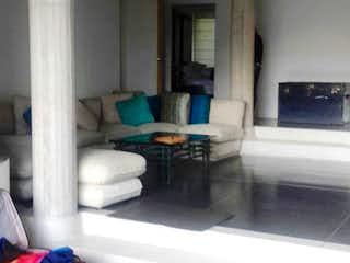 Una sala de estar llena de muebles y una ventana en Casa En Venta En Bogota Chapinero Alto