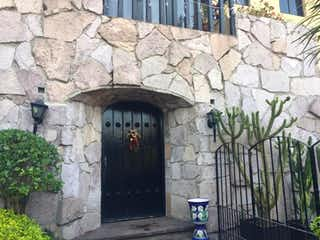 Un hombre de pie delante de un edificio de piedra en Casa en venta en Balcones De La Herradura de 3 alcobas
