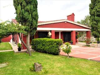 Una casa que tiene un árbol en ella en Casa en venta en San Lorenzo de 2 recámaras