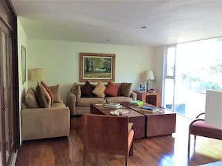 Una sala de estar llena de muebles y una televisión de pantalla plana en Casa en Venta en Lomas de Tecamachalco Naucalpan de Juárez