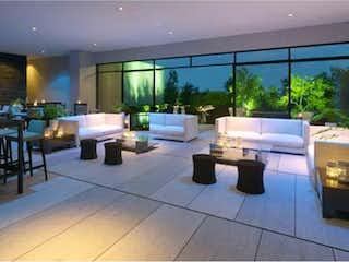Una gran habitación con muchas mesas y sillas en Departamento en venta en Fracc Lomas Country Club con Jardín...