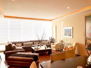 Una sala de estar llena de muebles y una ventana en Departamento en venta en Villa Florence de 3 hab. con Gimnasio...