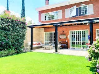 Una casa que tiene un árbol delante de ella en Casa en venta en Balcones De La Herradura de 495m² con Bbq...