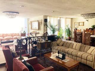 Una sala de estar llena de muebles y una gran ventana en Departamento en Venta en Lomas de Tecamachalco Naucalpan de Juárez