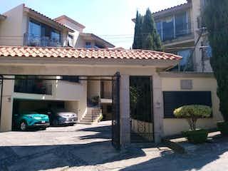 Un edificio con un reloj en el costado en Casa en venta en Lomas De Tecamachalco con Jardín...