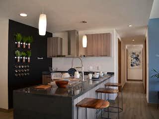 Una cocina con una mesa y sillas en ella en Departamento en Venta en Lomas Verdes 6a Sección Naucalpan de Juárez