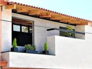 Un edificio de ladrillo con una ventana y una boca de incendios en Casa en Venta en Izcalli Jardines Ecatepec de Morelos