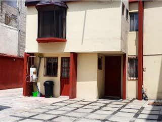 Un edificio de ladrillo con un edificio de ladrillo rojo en Casa en Venta en Viveros de la Loma Tlalnepantla de Baz