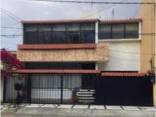 Un banco de madera sentado delante de un edificio en Casa en Venta en Bosques de Echegaray Naucalpan de Juárez