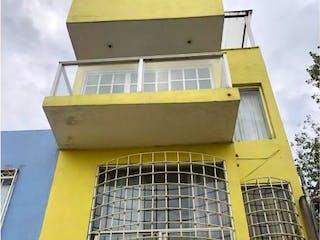 Una boca de incendios amarilla en una caja amarilla en Casa en venta en Chalco Centro de 3 recámaras